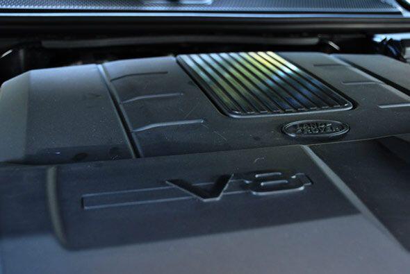 Utiliza un V8 de 5.0 litros con 375 caballos de fuerza.