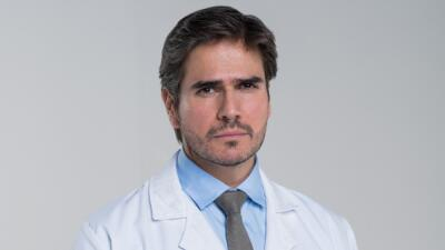 Daniel Arenas interpreta a Robert Cooper en Mi marido tiene familia.