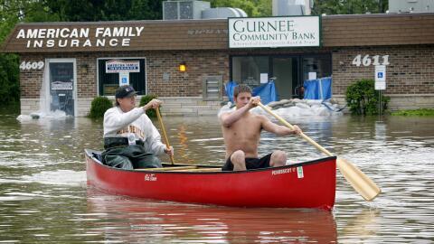 Familias en Gurnee, suburbio al norte de Chicago, han sido evacuadas por...