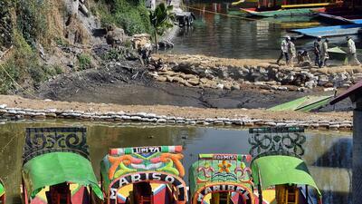 Fotos: Una grieta devora las aguas de uno de los canales de Xochimilco en la Ciudad de México