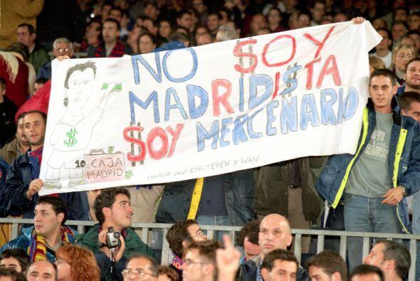 La afición del Barcelona no perdonó la traición de Figo y en su primera...
