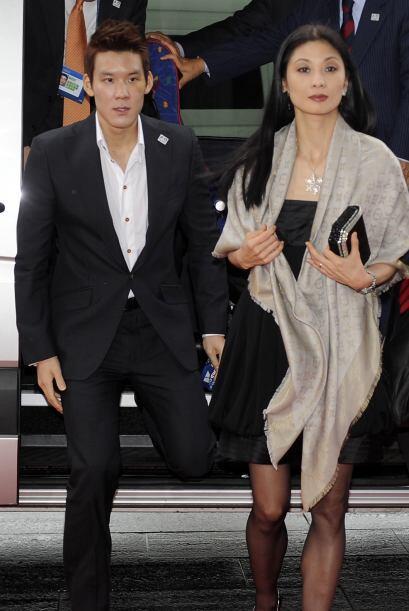 Lo acompañaron el nadador y medallista Park Tae-Hwa y la bella bailarina...