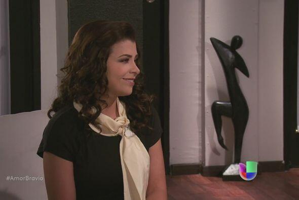 Miriam se despide de Mariano, le cuesta trabajo dejar a su amigo atrás.
