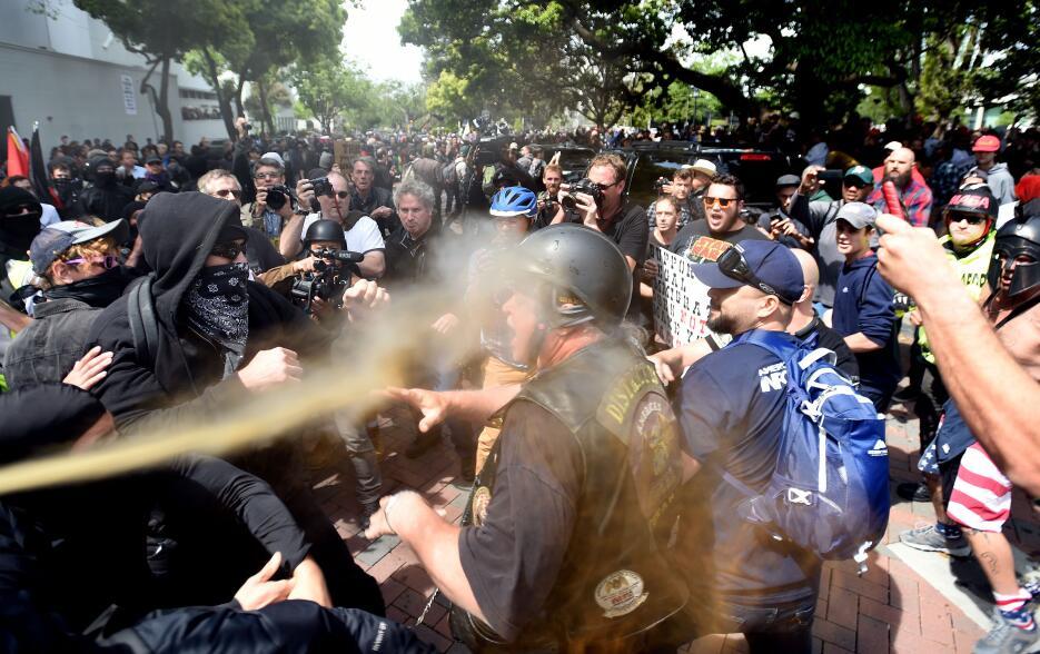 En las agresiones entre ambos bandos se incluyó gas pimienta como se apr...