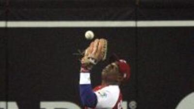 Yoenis Céspedes,un pelotero que escapó de Cuba, firmó un contrato millo...