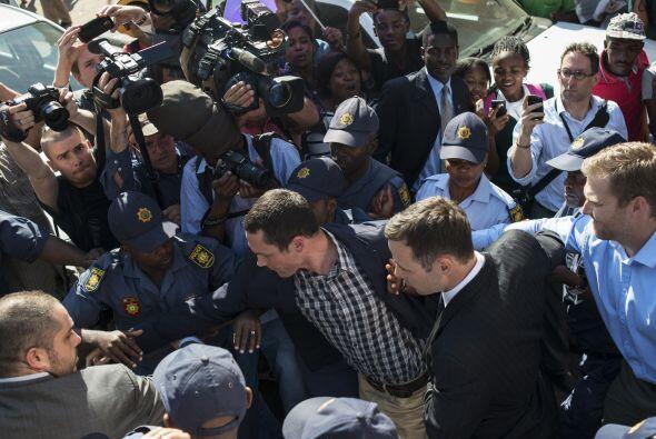 Oscar Pistorious fue abordado por varios fotógrafos a su salida.