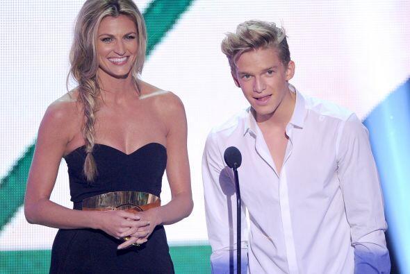 Erin Andrews y Cody Simpson.  Mira aquí lo último en chismes.