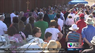 Cientos de personas se reunieron en la frontera de Douglas para honrar a...