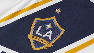 Los Angeles Galaxy presentó en sociedad a la camiseta titular que...