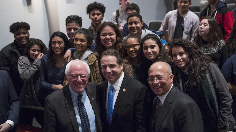 El senador Bernie Sanders, el gobernador de NY Adnrew Cuomo y el represe...