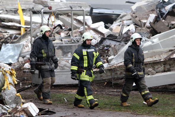 Los servicios de emergencias siguen trabajando a destajo para rescatar a...