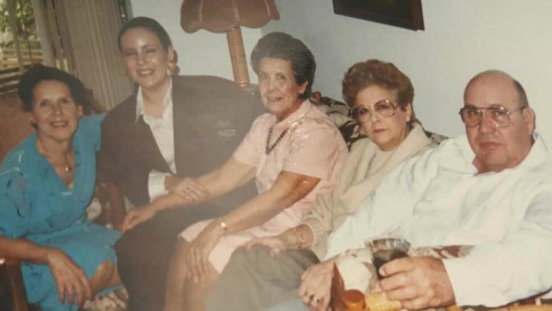 Luisa con sus padres y sus tías