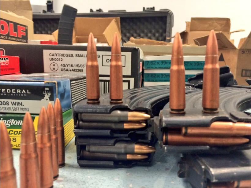 En el cateo se decomisaron mil cartuchos útiles de varios calibres.