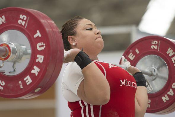 En la arrancada de la categoría femenil de los + 75 kg de haltero...