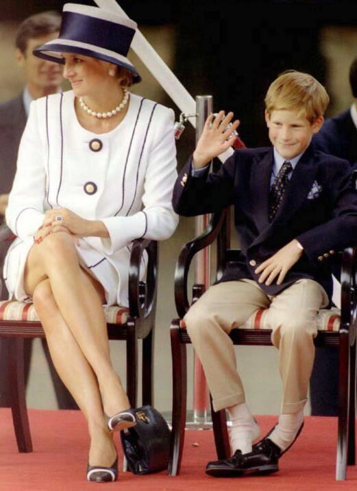 El anillo fue seleccionado por la princesa Diana y se dice que lo selecc...