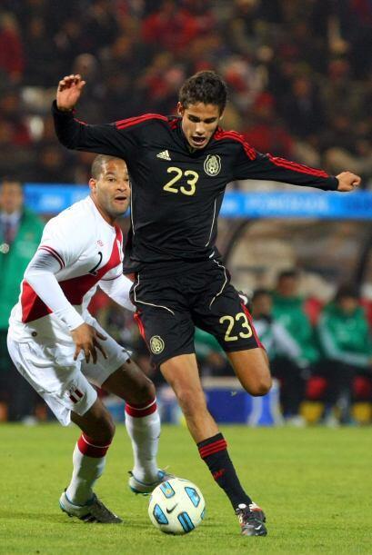 En medio campo tampoco salieron las cosas, Diego Reyes sufrió para hacer...
