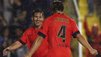 Messi, quien falló un penalti pero después se resarció con un gol, felic...