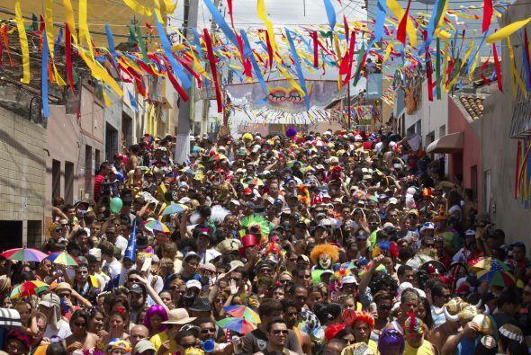 Marzo es el mes del carnaval en Brasil y los brasileños se lanzan a las...
