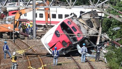 A toda velocidad, un tren descarriló con más de 300 pasajeros a bordo en Taiwán