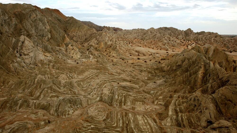 El choque de placas tectónicas crea este tipo de superficies en la comun...