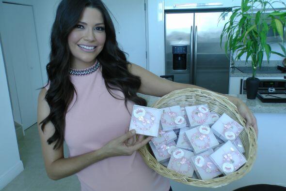Ana mostrando los regalitos que daría en su Baby Shower.
