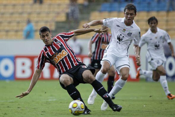 Los goles del Santos fueron obra de Elano y Santos Maikon Leite.