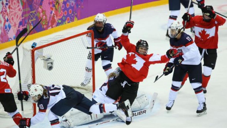 Marie-Philip Poulin logró anotar el gol de oro que le dio la victoria a...