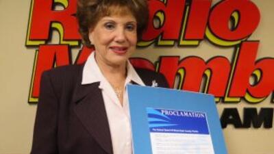 Martha Flores muestra la proclama que le entregó la Junta de Educación c...