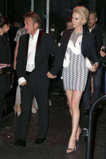 Charlize Theron y Sean Penn mantuvieron su porte y galanura, aunque al p...
