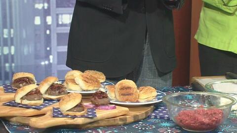 Hamburguesas de queso de cabra y cebollas caramelizadas, un menú especia...