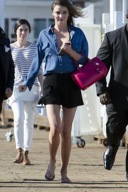 Miranda Kerr domina las pasarelas y las calles. Su look es muy sencillo...