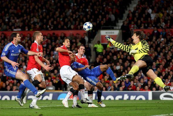 Edwin van der Sar tuvo que emplearse a fondo para evitar que el Chelsea...