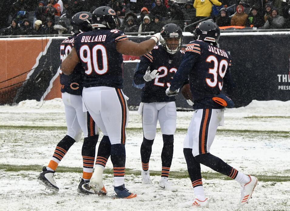 Kyle Fuller #23 de los Chicago Bears (centro) celebra con sus compañeros...