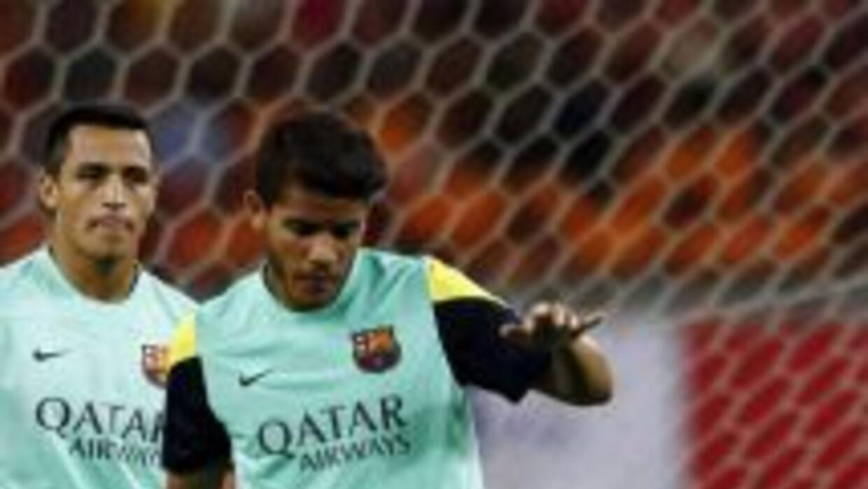 Jonathan, al lado de Alexis Sánchez, durante un entrenamiento con el Bar...