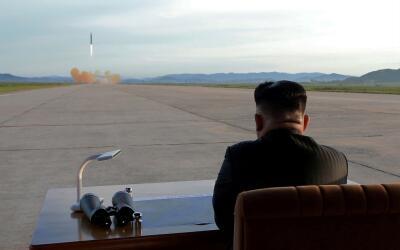 El líder norcoreano Kim Jong observa el lanzamiento de un misil H...