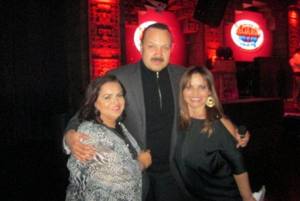 Las anfitrionas, Silvia Botello y Maria Elena Nava, junto a Pepe Aguilar