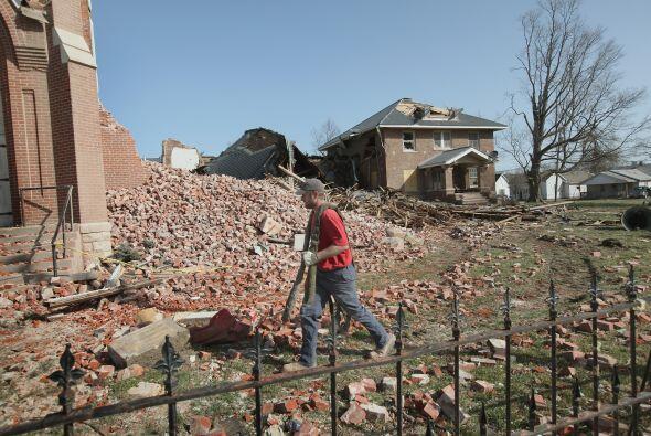 Limpieza tras tornados en el Medio Oeste