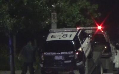 Oficial de policía y un prisionero resultaron heridos en choque contra u...