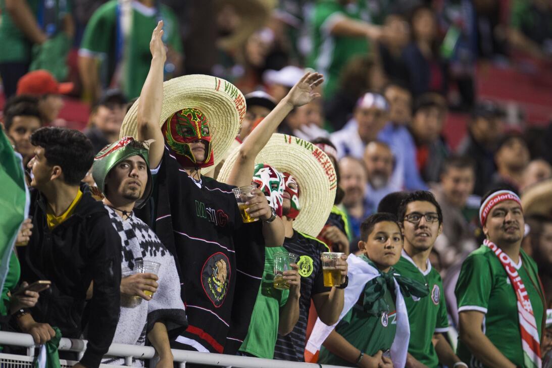 La fiesta de los mexicanos en el partido contra Islandia 20170208_2139.jpg