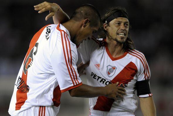 El veterano Matías Almeyda felicita al autor del único gol del partido,...