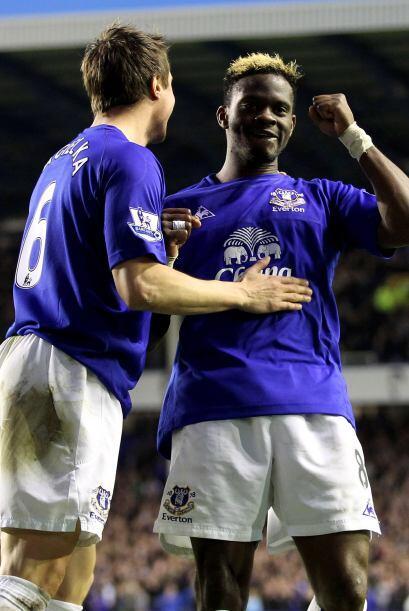 Deben haber felicitado a Louis Saha por algún gol con el Everton, pues s...