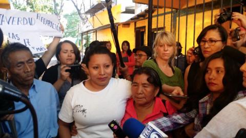 Teodora del Carmen Vásquez con sus padres este jueves a la salida...
