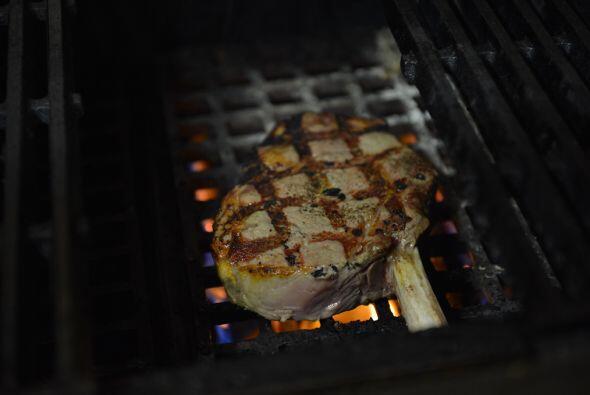 Aproximadamente, necesitas un minuto y medio para cocinar bien la carne...