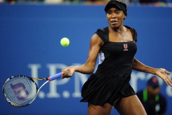 Venus Williams renunció a su partido por molestias estomacales.