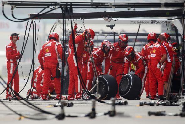 Ferrari también tuvo una jornada de mucha acción en los 'pits', pero su...