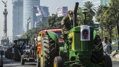 Campesinos mexicanos marcharon abordo de 43 tractores en una de las aven...