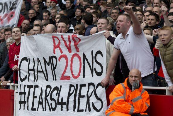Los seguidores del United mostraron su agradecimiento a Van Persie, una...