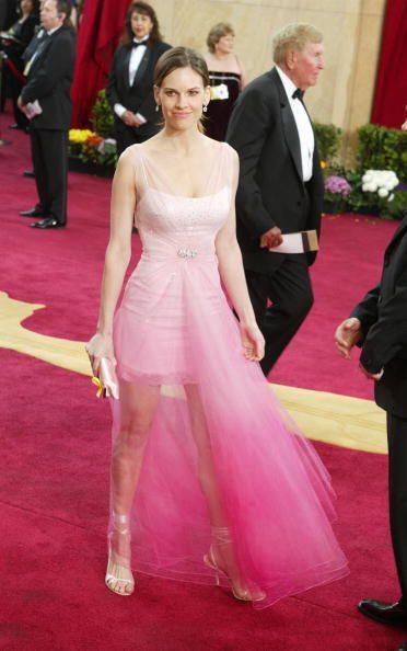 Lo sentimos Hilary Swank, pero el vestido que elegiste en 2003 no fue pa...