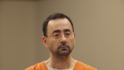 El doctor Larry Nassar, de 54 años, comparece en la corte en Lansing. Mi...