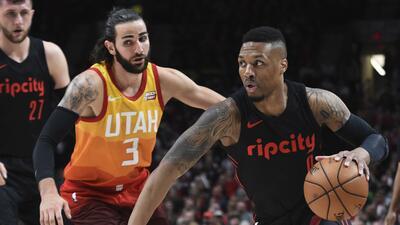 El escolta de los Portland Trail Blazers Damian Lillard conduce al bal&o...